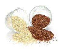 Granulo rosso e bianco della quinoa in ciotole Fotografia Stock