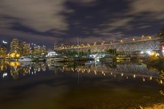 Granville Bridge Marina Vancouver Downtown nattFalse Creek skyddsmur mot havet royaltyfri fotografi