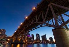 Granville Island Bridge auf einer klaren Nacht Stockbild