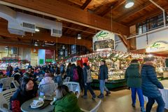 Granville Island Public Market em Vancôver É casa a mais de 100 vendedores que oferecem o marisco, carnes, doces e europeu fresco imagem de stock