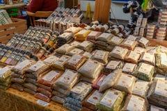 Granville Island Public Market em Vancôver É casa a mais de 100 vendedores que oferecem o marisco, carnes, doces e europeu fresco fotos de stock