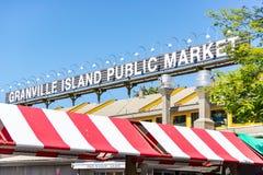 Granville Island Public Market stället som upp väljer frukt, grönsaker och det smaklig fest royaltyfri bild