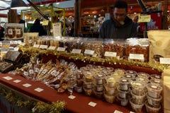Granville Island Public Market a Vancouver È domestico ad oltre 100 venditori che offrono i frutti di mare, le carni, i dolci ed  immagine stock