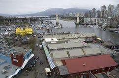 Granville Island und im Stadtzentrum gelegenes Vancouver lizenzfreie stockfotografie
