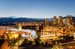 Granville Island und im Stadtzentrum gelegenes Vancouver nachts Stockbild