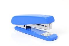 Grapadora azul en el fondo blanco. Imágenes de archivo libres de regalías