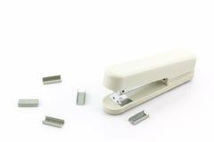 Grapadora blanca con los alambres de las grapas Imagen de archivo libre de regalías