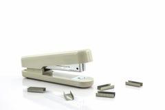 Grapadora blanca con los alambres de las grapas Fotografía de archivo libre de regalías