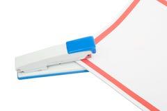 Grapadora con las mentiras de papel Foto de archivo libre de regalías