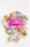 Grapadora contra los clips de papel Fotografía de archivo libre de regalías