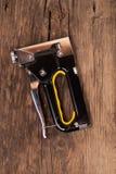 Grapadora de la carpintería con la pluma amarilla imagen de archivo