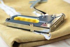 Grapadora de la tapicería fotografía de archivo