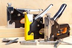 Grapadora del metal para el trabajo de la reparación en la casa. Aún-vida en un día soleado Foto de archivo libre de regalías