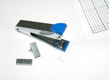 Grapadora máxima azul en el fondo blanco Fotos de archivo
