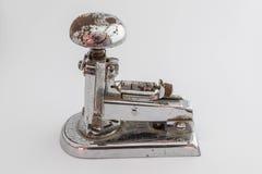 Grapadora vieja del metal foto de archivo libre de regalías