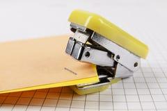 Grapadora y papel fotos de archivo
