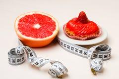 Grapefruit en cake met het meten van band Dieet stock foto's