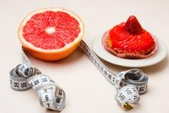 Grapefruit en cake met het meten van band Dieet royalty-vrije stock foto