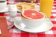 Grapefruit en een zacht gekookt ei Royalty-vrije Stock Afbeeldingen