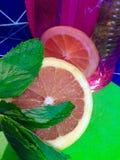 Grapefruit en munt met roze vaas Royalty-vrije Stock Foto's
