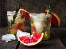 Grapefruit en rozemarijnjenevercocktail of Margarita, verfrissende drank met ijs royalty-vrije stock afbeeldingen