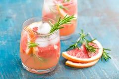 Grapefruit en rozemarijnjenevercocktail, verfrissende drank stock afbeeldingen
