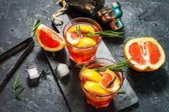 Grapefruit en rozemarijnjenevercocktail, verfrissende drank met ijs stock fotografie