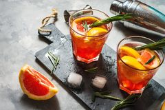 Grapefruit en rozemarijnjenevercocktail, verfrissende drank met ijs stock foto