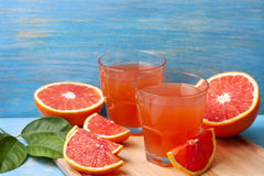 Grapefruit juice and fresh grapefruit Stock Photography