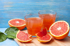 Grapefruit juice and fresh grapefruit Royalty Free Stock Photography