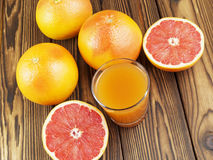 Grapefruit juice in glas Royalty-vrije Stock Afbeeldingen