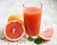 Grapefruit juice and ripe grapefruits Royalty Free Stock Photos