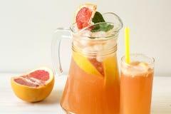 Grapefruit lemonade in jag Royalty Free Stock Images