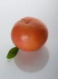 Grapefruit met groen blad Stock Afbeelding