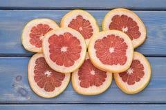 Grapefruit op een blauwe houten achtergrond wordt gesneden die royalty-vrije stock foto's