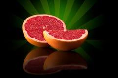 Grapefruit op een heldere abstracte achtergrond met bezinning Stock Foto's