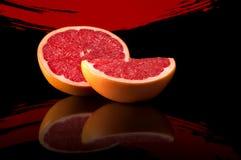Grapefruit op een heldere abstracte achtergrond met bezinning Royalty-vrije Stock Fotografie