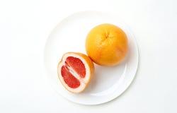 Grapefruit op een plaat Royalty-vrije Stock Afbeelding