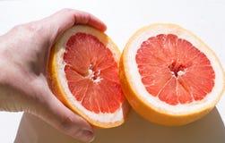 Grapefruit op een witte achtergrond stock afbeeldingen