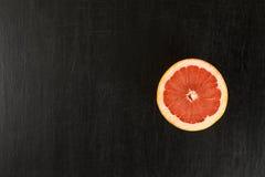 Grapefruit op een zwarte achtergrond Stock Fotografie