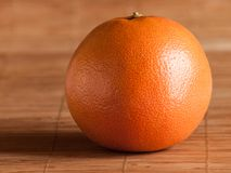 Grapefruit op stromat royalty-vrije stock afbeelding