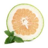 Grapefruit of Pamela met munt. GeïsoleerdP stock foto