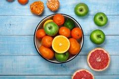 Grapefruit, sinaasappelen, mandarijnen en appelen Stock Foto's