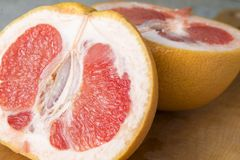 Grapefruit in twee delen wordt gesneden dat stock foto