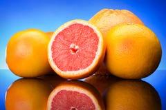 Grapefruitowe owoc na błękitnym tle Zdjęcie Stock