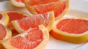 Grapefruitowi plasterki Na Białym talerzu zdjęcie wideo
