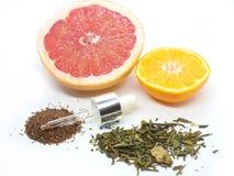 Grapefruitowy i tangerine z zielonych herbat ziarnami na białym tle i ziele Fotografia Royalty Free