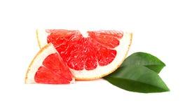 Grapefruitowy kawałek odizolowywający na białym tle Świeża owoc Z ścinek ścieżką Świeży grapefruitowy z zielonymi liśćmi Zdjęcie Stock