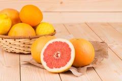 Grapefruitowy na drewnianym tle Obraz Stock