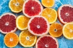 Grapefruitowy, pomarańcze i tangerine na błękitnym tle, Cytrus tekstura Zdjęcie Royalty Free
